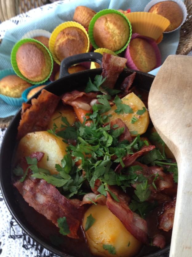 Irish beef stew i gryte med maisbrød